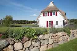 großzügige Grünflache und Terrasse