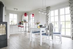 Küchenbereich mit gemütlichen Esstisch
